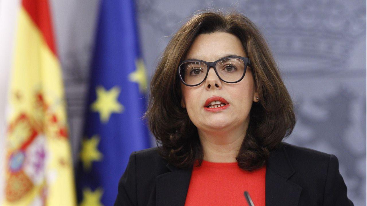 5ef0aa7288 La vicepresidenta en funciones Soraya Sáenz de Santamaría luce gafas nuevas  (Foto: EP)