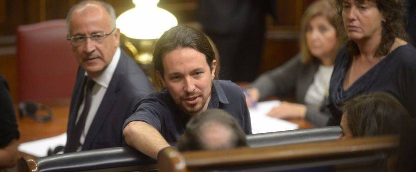 Pablo Iglesias saluda a Mariano Rajoy. sentado en su escaño, en la primera sesión del Congreso.