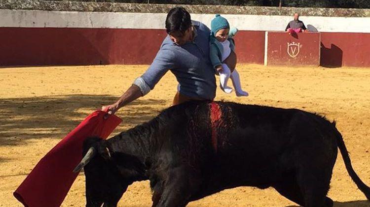 Francisco Rivera torea con su hija Carmen de 5 meses