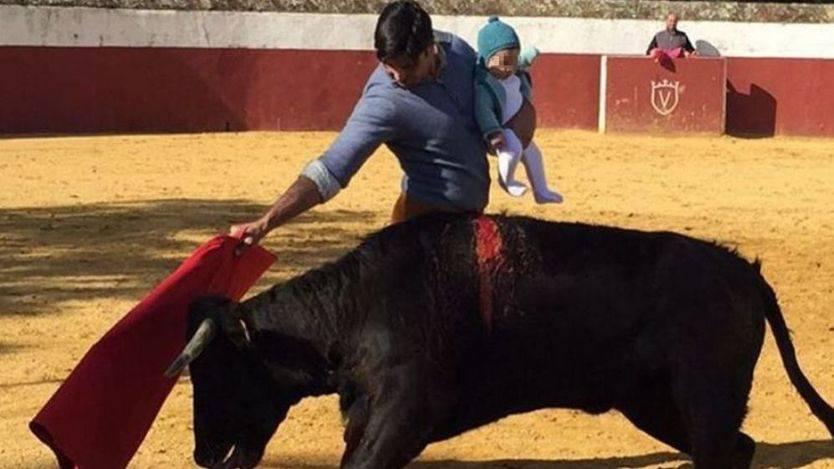 La polémica toma tinte oficial: el Defensor del Menor abre expediente a Fran Rivera por torear con su hija en brazos