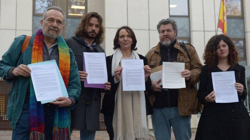 Carolina Bescansa, Juan López de Uralde y otros miembros de Podemos ante las puertas del Consejo de Seguridad Nuclear