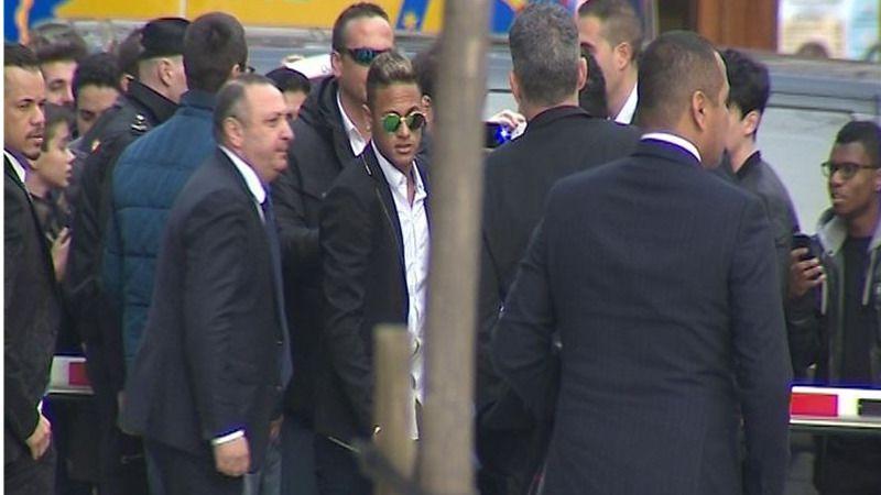 Neymar, mudo tras declarar en la Audiencia entre la histeria de sus seguidoras