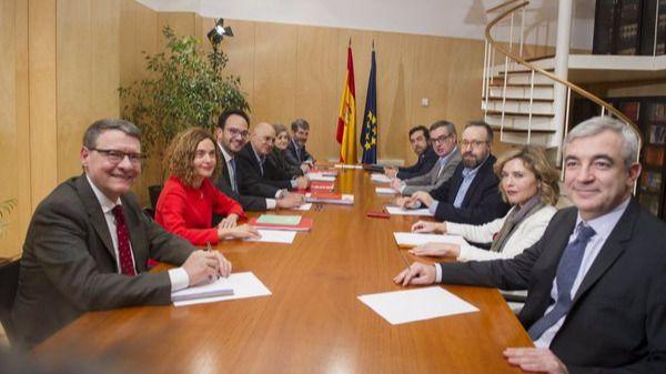 El equipo negociador de Ciudadanos, a la derecha de la foto, frente al del PSOE
