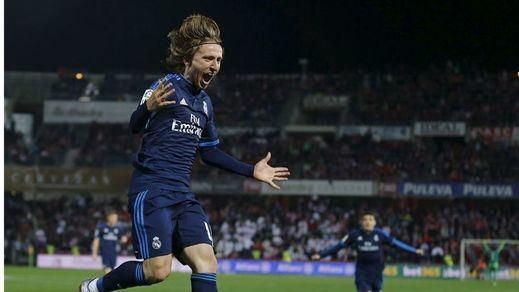 Un postrero gol de Modric salva la 'conquista de Granada' a un Madrid que bordeó otro petardo (1-2)