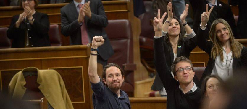 Puño en alto de Pablo Iglesias en el Congreso