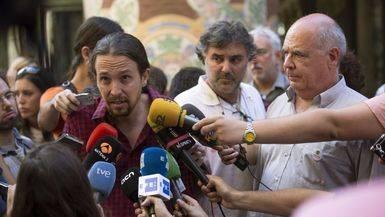 El cabeza de lista de Catalunya S� Que es Pot, Lu�s Rabell (d), y el secretario general de Podemos, Pablo Iglesias