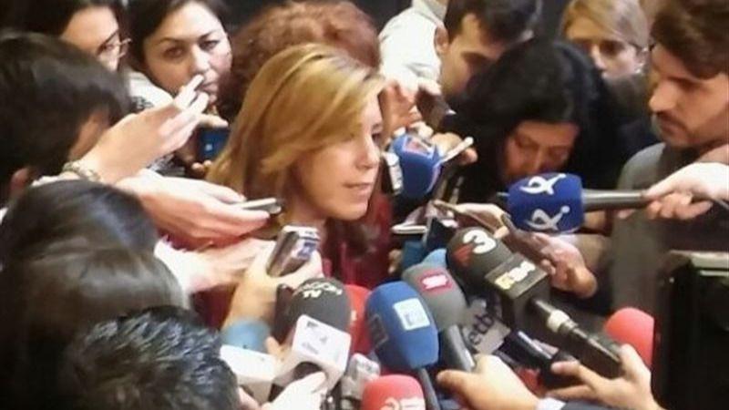 Susana Díaz, rodeada de medios de comunicación