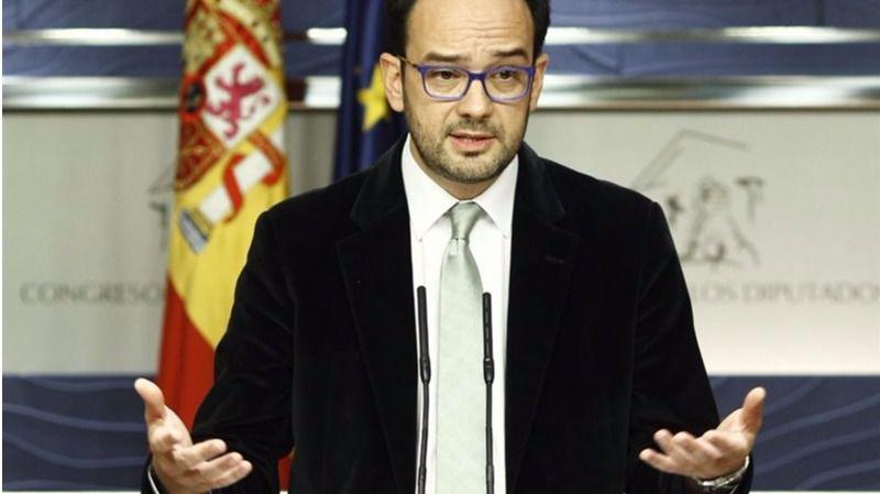 El portavoz socialista, Antonio Hernando, en la presentación del documento de respuesta a Podemos.