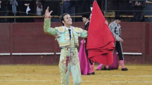 Triunfo de David Mora, que borda el toreo con percal y flámula en su reaparición en Vistalegre
