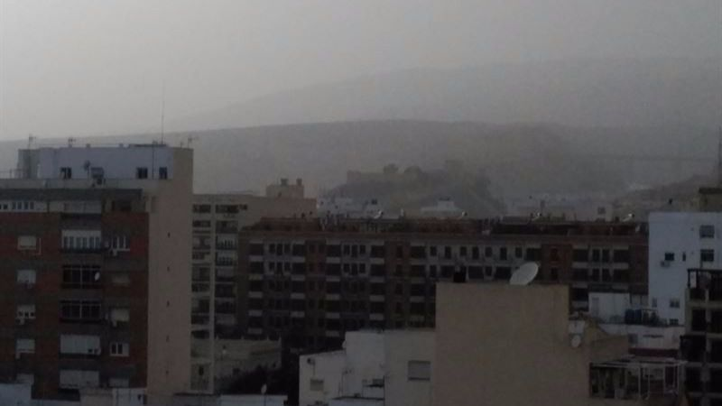 Alerta respiratoria: el polvo africano que cubre España sextuplica los niveles de contaminación de la OMS