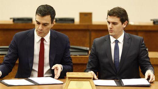 Sánchez y Rivera rechazan hablar aún de sillones y siguen discrepando sobre si sumar a Podemos o al PP