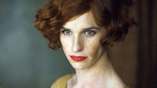 Eddie Redmayne interpretando a la transexual Lili Elbe