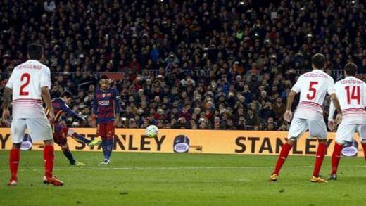 Otro récord del Barça, que también sabe ganar sufriendo ante un Sevilla respondón (2-1)