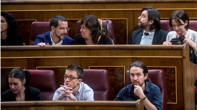 Reacciones a pie de Hemiciclo: del enfado del PP a la decepción de Podemos y al aplauso de C's