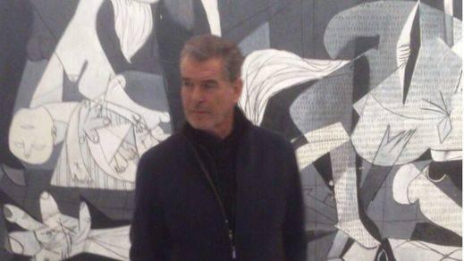 Pierce Brosnan abre un conflicto en Twitter por posar junto al Guernica