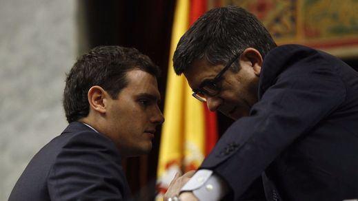 Rivera, socorrido por Patxi López tras sufrir las burlas de los diputados por sus 'cuentas'