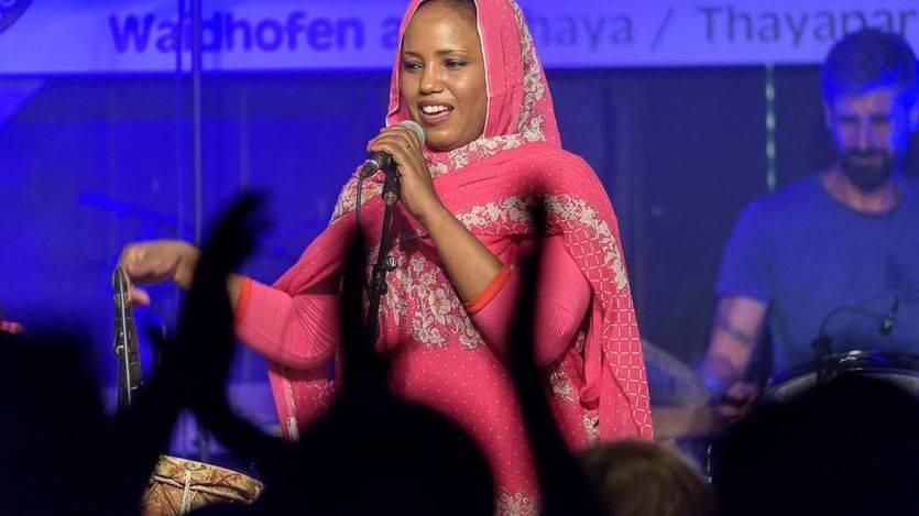 Aziza Brahim, el activismo saharaui hecho excelente música de nivel internacional
