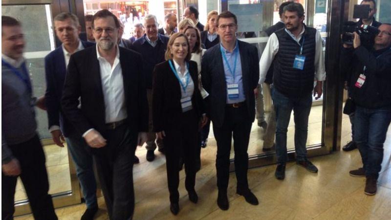 Rajoy, esta mañana, en Pontevedra con sus fieles Ana Pastor y Feijóo. Tras ellos su mujer, Viri, y al fondo, Javier Arenas.
