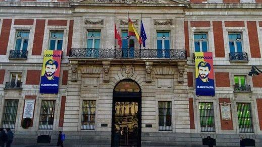 Cifuentes 'viste' la Puerta del Sol con dos carteles en apoyo al opositor venezolano Leopoldo López