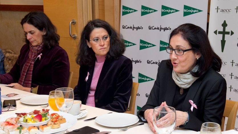 Elsa Amatriaín, consejera de la Aecc Madrid y presidenta del Comité de Relaciones Institucionales; Ester Uriol, Comunicación y Relaciones Externas de El Corte Inglés,  y la Dra. Cristina Cruz Zambrano (de izquierda a derecha)