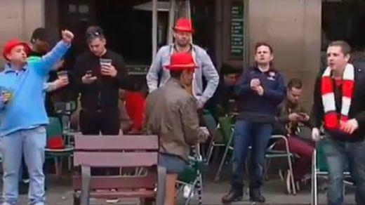 Hinchas del Arsenal repiten las burlas contra mendigos en Barcelona