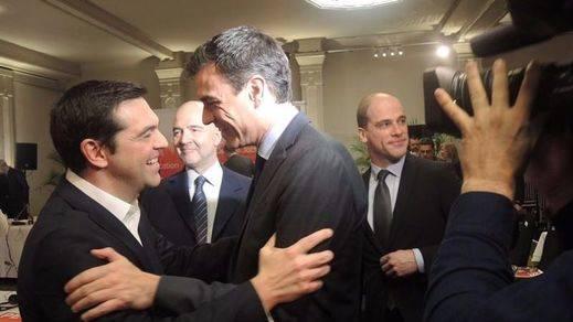 Sánchez se encomienda a Tsipras en sus 'plegarias' para llegar a la Moncloa
