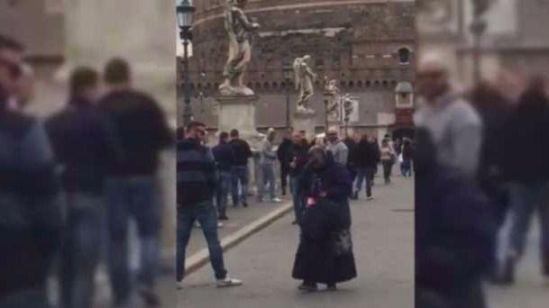 Hinchas del Spartak orinan sobre una mendiga en Roma