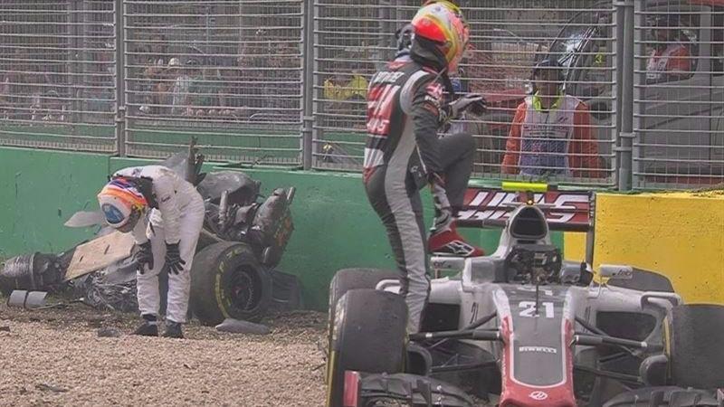 Fernando Alonso (izqda.) y Esteban Gutiérrez, tras el accidente.