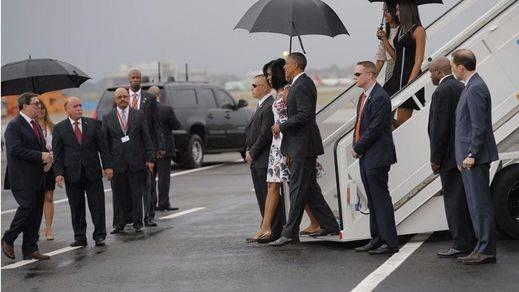 '¿Qué bola Cuba?' Obama aterriza en La Habana para una visita histórica entre el simbolismo y la propaganda