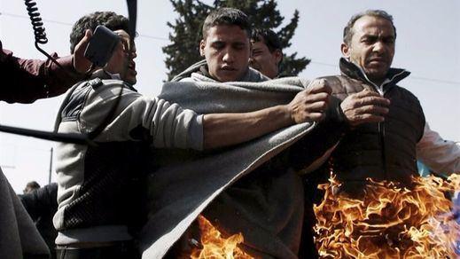 Dos refugiados se prenden fuego como protesta al cierre de las fronteras
