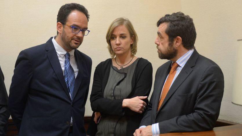Antonio Hernando (PSOE), Tania Sánchez (Podemos) y Miguel Gutiérrez (Ciudadanos) en el momento del registro de la iniciativa