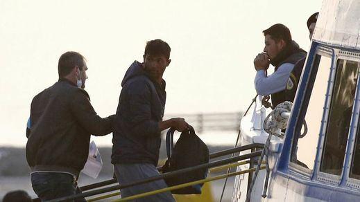 Llega a Turquía el primer barco de la vergüenza, lleno de inmigrantes devueltos desde Grecia