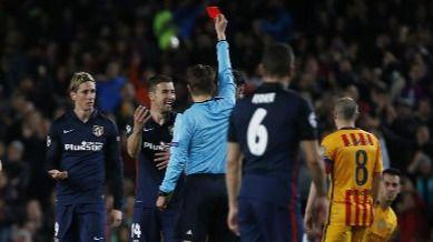 Un Atlético bravo salió vivo de los ataques del Barça y de un pésimo árbitro (2-1)