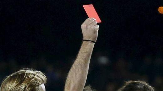 Oleada de indignación (y sospechas) por la ayuda arbitral al Barça frente al Atlético