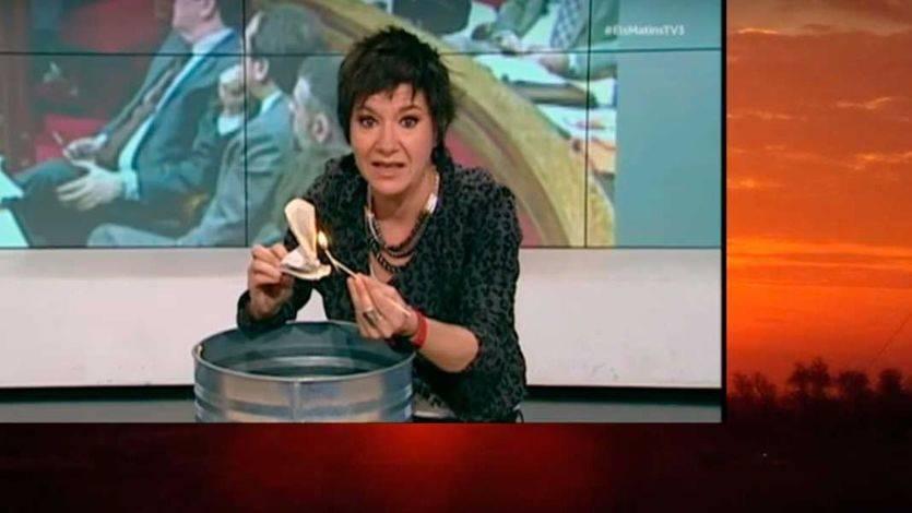 La periodista Empar Moliner periodista TV3 quema un ejemplar de la Constitución Española