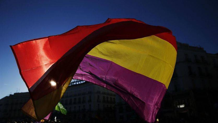 Cádiz, con el alcalde 'podemita' Kichi al frente, izó la bandera republicana este 14 de abril