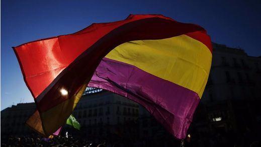 Obligan al ayuntamiento de Cádiz a retirar la bandera republicana izada por el aniversario de la II República