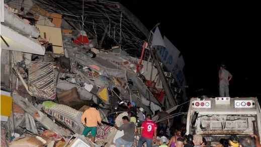 Rafael Correa eleva a 350 la cifra de muertos por el terremoto de Ecuador