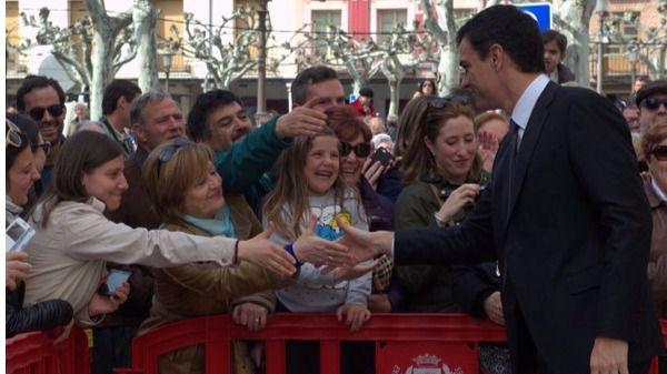 Pedro Sánchez saluda al público a su llegada al acto de entrega del Premio Cervantes, este sábado, en Alcalá.