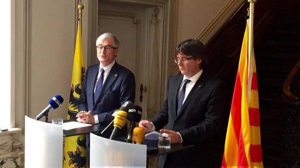 El presidente de Flandes, Geert Bourgeois, hoy ante los periodistas junto a Carles Puigdemont.