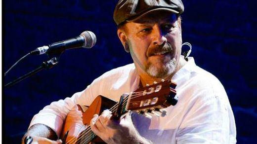 Javier Ruibal resume sus primeros 35 años de grandes canciones con una edición de lujo de doble CD y DVD