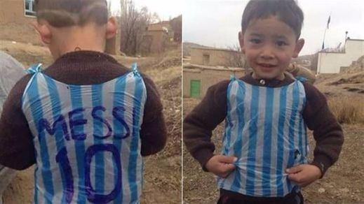 La familia del niño afgano que recibió una camiseta de Messi huye del país tras sufrir amenazas de muerte