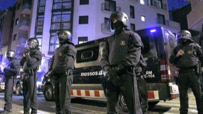 Los Mossos estudian retirar las armas a los agentes de baja psicológica