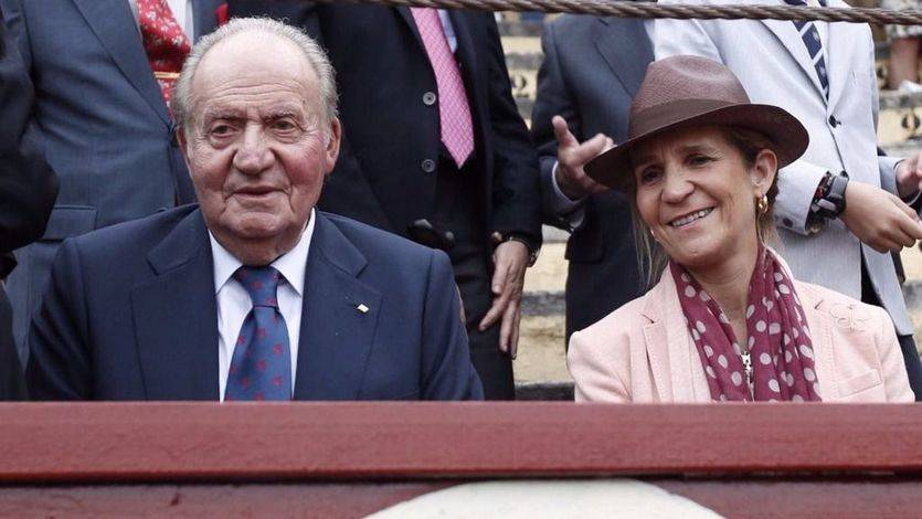 El Rey Juan Carlos ha acudido este sábado, junto a su hija la Infanta Elena, a la plaza de toros de Jerez de la Frontera (Cádiz).