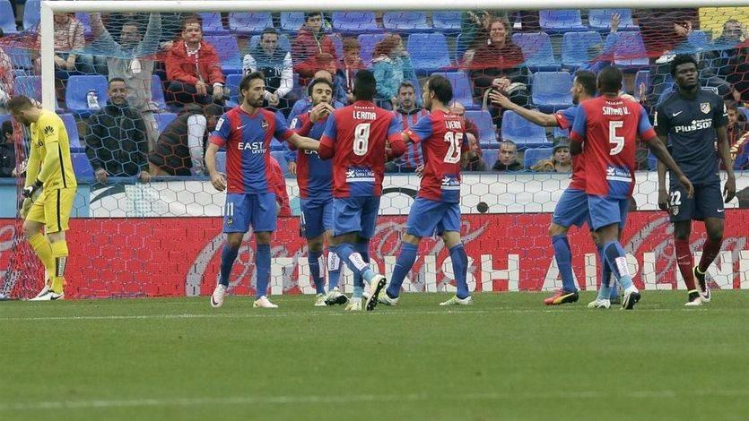 El Atlético deja la Liga en manos del Madrid y el Barça, que no fallaron, tras su derrota ante el Levante