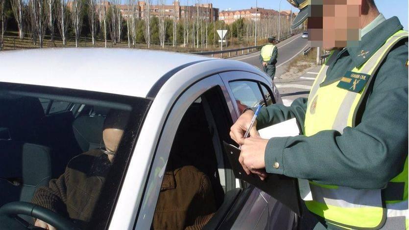 Guardia Civil multa a un conducto