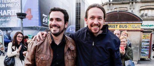 Pablo Iglesias y Alberto Garzón, abrazados tras sellar el preacuerdo.