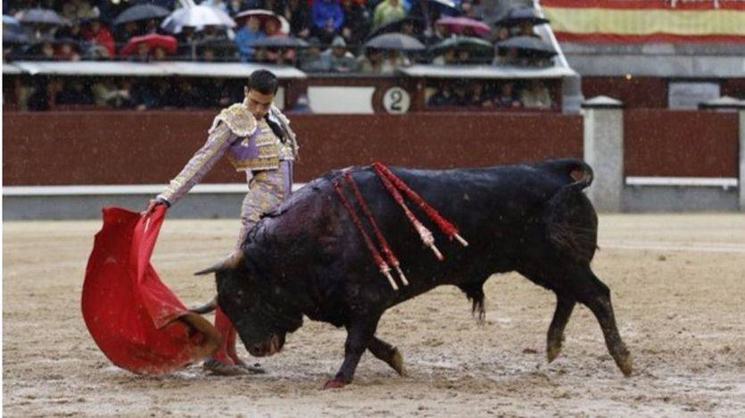 Ureña muletea sobre el barro a su primer toro
