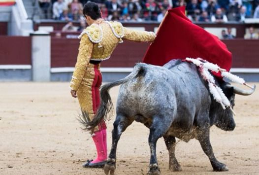Pase por la espalda de Miguel Ángel Delgado a su primero.