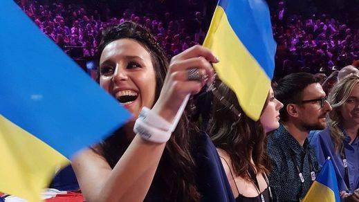 Jamala agita la bandera de su país poco antes de proclamarse ganadora.